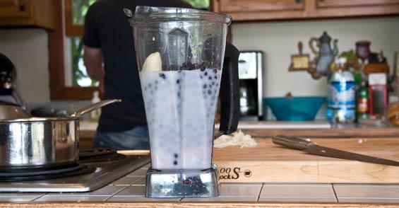 huckberry-smoothie-prep