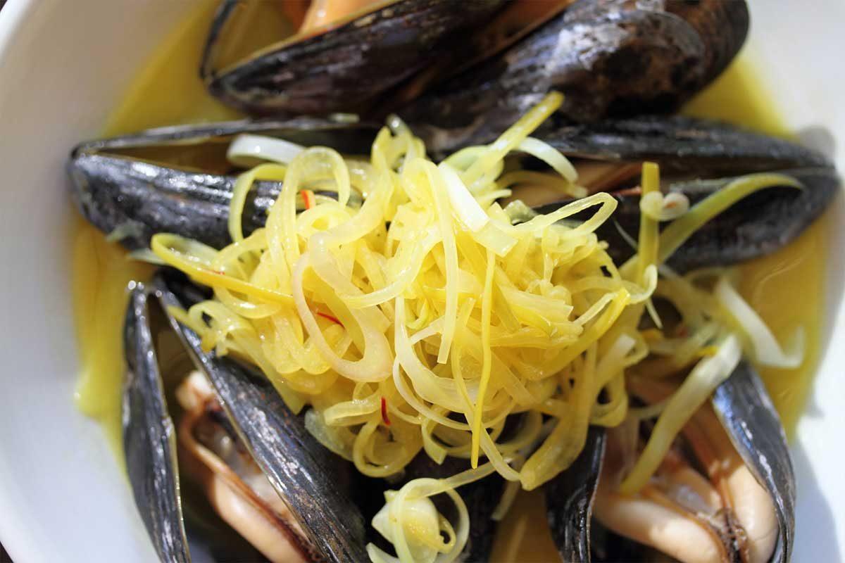 White Wine & Saffron Steamed Mussels